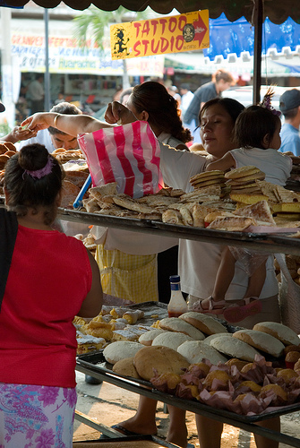 Choosing pan dulce (CC photo by Dolanh courtesy of Flickr)